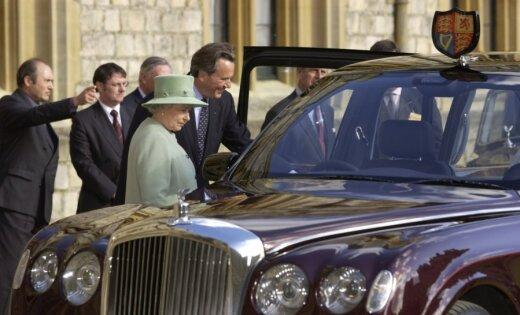 Елизавету II рассмешил Bentley, который завелся с седьмого раза