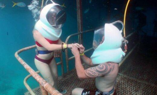Pasauli sajūsmina ļoti neparasts bildinājums zem ūdens