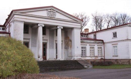 Krievu miljonāra nopirktā Zentenes pils stāv pamesta