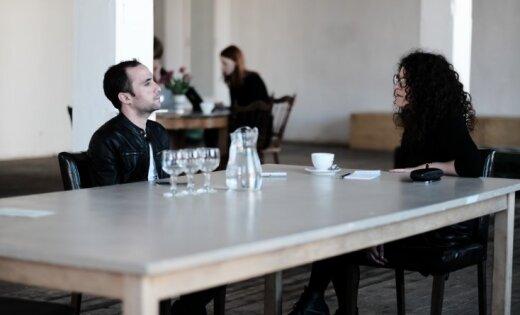 Bēgšana no Mosulas un bīstamā māksla. Saruna ar aktieri Omāru Albadžari