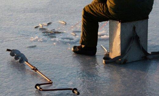 Mediķi slimnīcā nogādā ledū ielūzušu makšķernieku