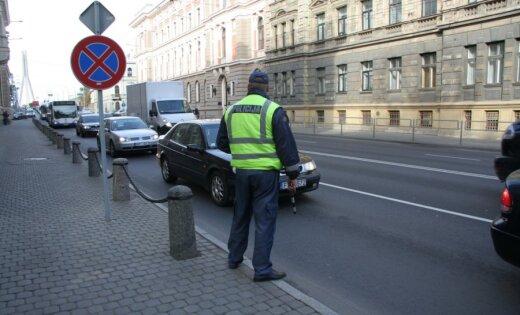 Pusstundas laikā par nekaunīgu braukšanu ceļu policisti aptur četras automašīnas