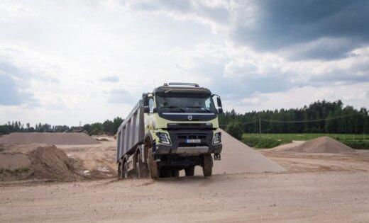 'Delfi' testē: ar 'Volvo' pašizgāzēju un baļķvedēju pa karjeru