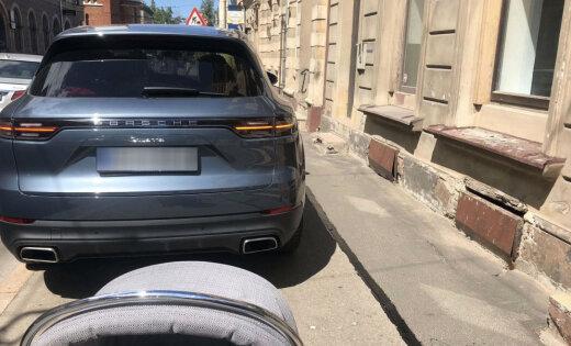 """ФОТО: """"Герой"""" на Porsche Cayenne преградил дорогу маме с коляской"""