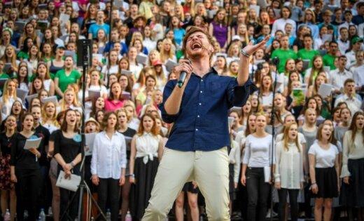 Foto: Krāšņā koncertā Valmierā pulcējas Latvijas skolu jauktie kori