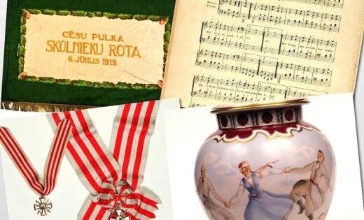 Исторические реликвии Латвии: флаг, ваза, венок и гимн