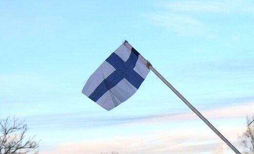 Foto: Somijas simtgadei par godu Latvijā izkar gaviļnieces karogus