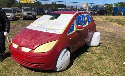 Rumbulā ar aerosolu krāsotais auto: 100 eiro atlaide un godīgāks sludinājuma teksts