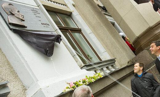 Foto: Liepājā tapusi piemiņas plāksne izcilajam matemātiķim Jānim Mencim