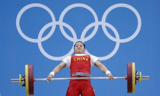 Ķīniete Lī kļūst par olimpisko čempioni svarcelšanā svara kategorijā līdz 58 kg