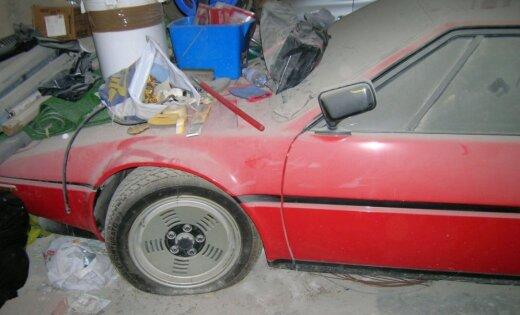 Foto: 34 gadus garāžā noputējis vismaz pusmiljonu vērts 'BMW M1'