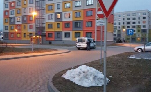 ФОТО, ВИДЕО: В Болдерае вооруженный пистолетом мужчина грозился спрыгнуть с 9-го этажа (+ комментарий полиции)