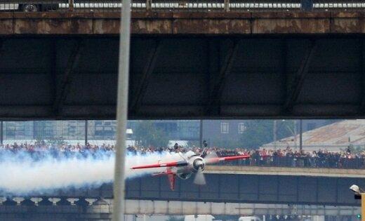 Литовский пилот пролетел под Вантовым мостом