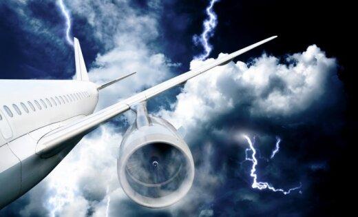 В Шотландии пилотам удалось посадить падающий самолет после удара молнии