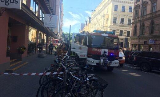 В офис на ул. Дзирнаву доставили конверт с неизвестным веществом: начата эвакуация