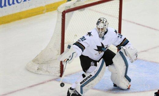 Вратарь поймал шайбу воротником свитера вматче НХЛ