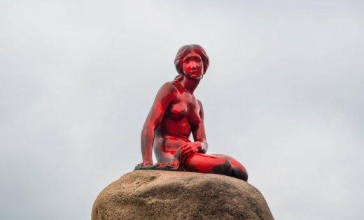 Foto: Slavenā Kopenhāgenas nāriņa nokrāsota sarkanā krāsā