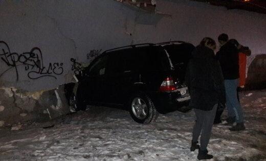 ФОТО: ДТП на улице Маскавас - водитель Mercedes разогнался и врезался в стену