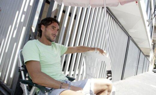 Itāļu futbolists Pesoli piesaka badastreiku un pieķēdējas pie Itālijas Futbola federācijas ēkas