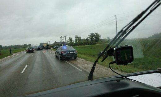 Foto: BMW veic apdzīšanas manevru un izraisa trīs auto sadursmi Bērzē