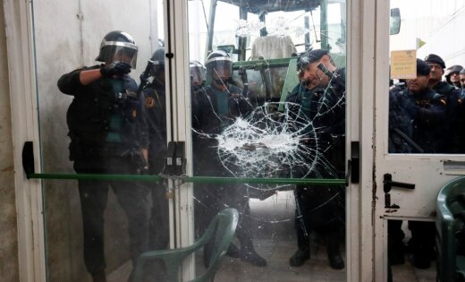 Policija ieņem referenduma iecirkni, kurā paredzēts balsot Katalonijas valdības vadītājam