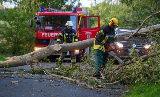 Vētrā Vācijā trešdien bojā gājuši trīs cilvēki