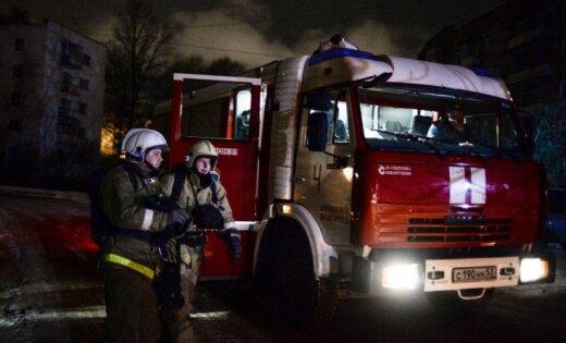 Проливка иразбор завалов идут вкрайне тяжелых условиях— Пожар наскладе