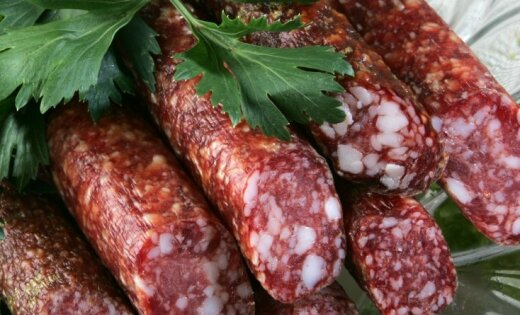 Газета: на некоторых предприятиях мясной отрасли средняя зарплата - от 122 евро