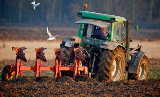 Topošajiem zemniekiem bez zemes plāno ļaut pretendēt uz pašvaldību lauksaimniecības zemi ar izpirkuma tiesībām