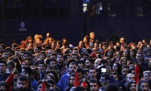 Тысячи людей идут маршем напосольство США вАфинах вгодовщину восстания
