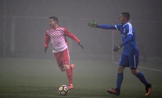 Foto: Latvijas čempioni 'Spartaks' miglainā futbolā piedzīvo zaudējumu
