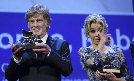 Foto: Džeina Fonda nespēj valdīt asaras 'Zelta lauvu' saņemot