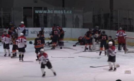 Video: Lieldienu turnīrā Čehijā jaunie hokejisti sakaujas un sit arī tiesnešus