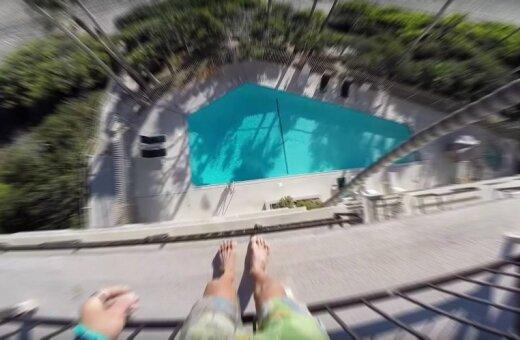 ВИДЕО: Этот сумасшедший дядя вламывается в гостиницы и прыгает с их крыш в бассейны