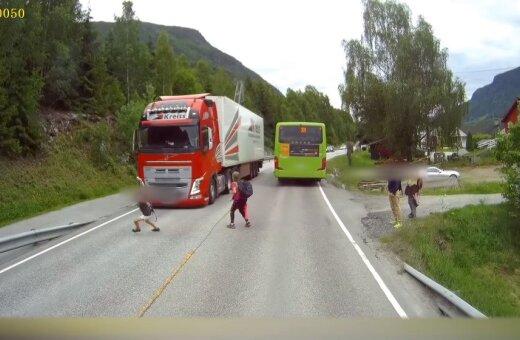 ВИДЕО. Норвежский подросток чуть не попал под колеса фуры из Латвии (спойлер: все живы)