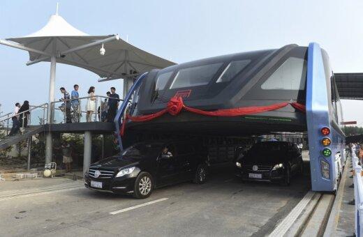 В Китае на самом деле построили автобус, который едет НАД пробками