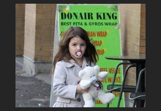 Дочь Тома Круза до сих пор сосёт соску.