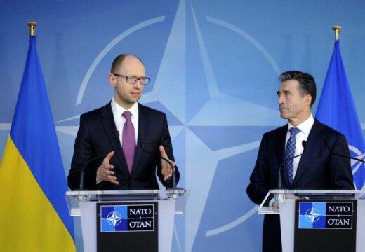 Яценюк: Украина не рассматривает вопрос вступления в НАТО
