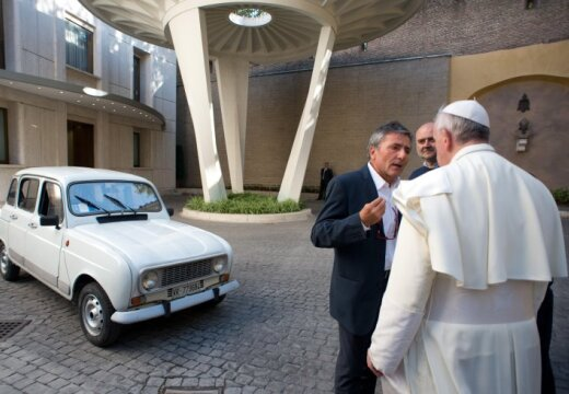 pope-francis-and-renault-four-43643829.jpg