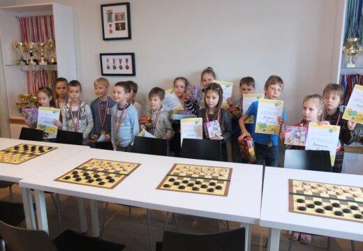 """Воспитанники центра интеллектуального развития """"Domātprieks"""" успешно стартуют на турнире и получают призы от """"LEGO"""""""