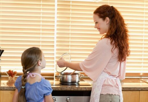mate-meita-sieviete-berns-virtuve-gatavo