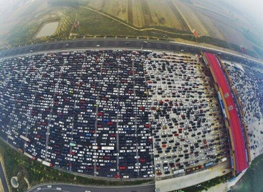 Сотни тысяч людей застряли в пробке на 50(!)-полосном шоссе под Пекином