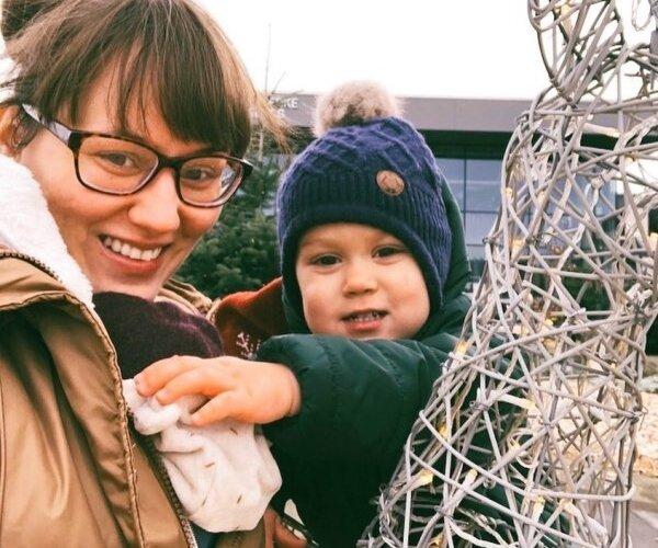 Uzticas māmiņu forumiem, bet ne ārstiem – kāpēc Elīna Ivanova raksta par bērnu veselību