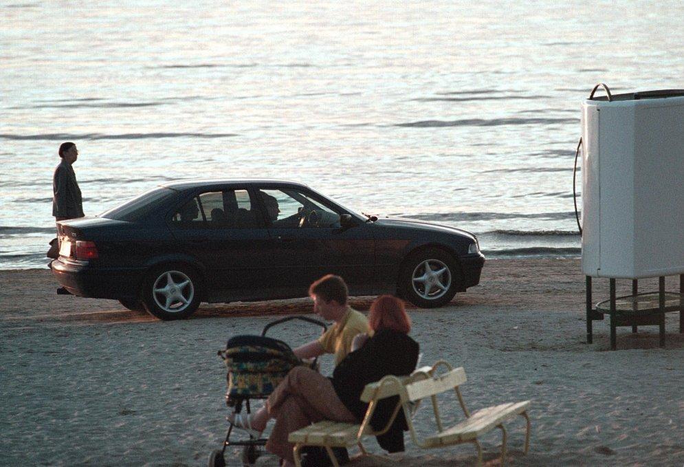 Братки, модные купальники, любовные утехи: как выглядели латвийские пляжи в 90-х
