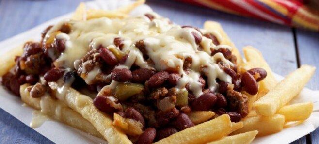 "Классика фастфуда: готовим дома фри с мясным чили и сыром или ""chili cheese fries"""