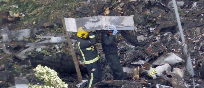 Kā dienesta suņi palīdz meklēt ugunsgrēkā Londonā cietušos