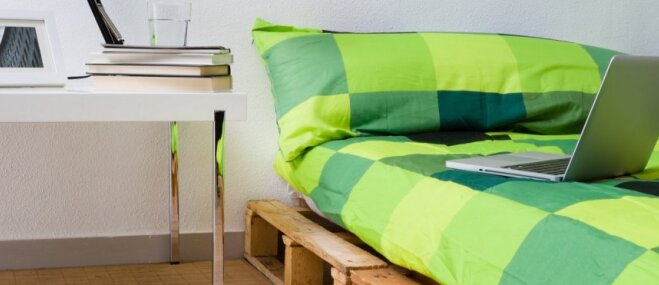 Ekonomiski un stilīgi – piemēri no paletēm darinātiem gultas rāmjiem