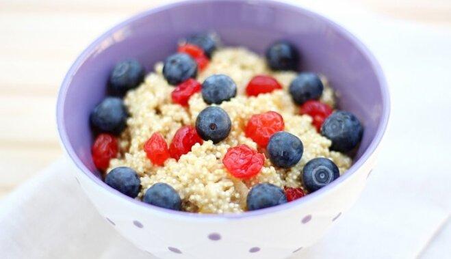 Kvinojas biezputra ar kokosriekstu pienu un ogām