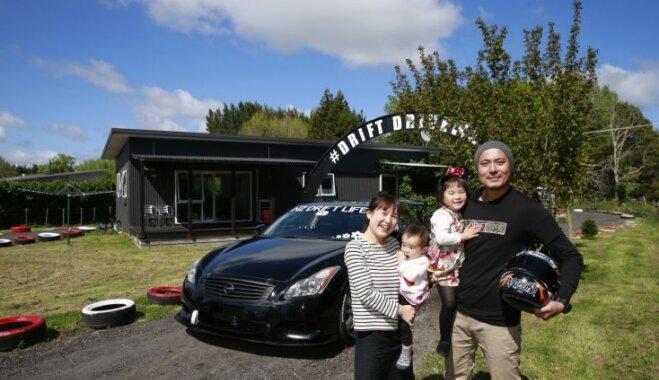 Video: Radošs tētis Jaunzēlandē apkārt mājai uzbūvē drifta trasi