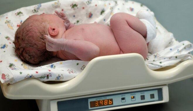 Pediatre: 'krūts' bērns neapēdīs par daudz, 'pudeļu' mazuļiem ēdiens ir jādozē